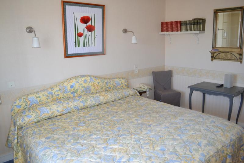 Chambre double N°9 avec bibliothèque et lit de 200 x 200cm