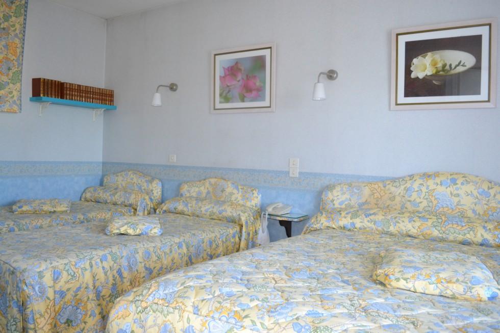 Chambre avec 2 lits de 100cmx200cm et 1 lits de 200cmx200cm-Bibliothèque