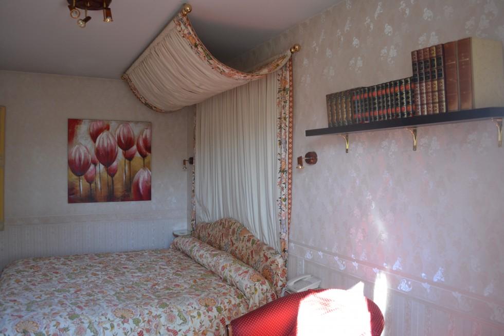 Chambre nuptiale lit de 200x200cm,salon, bibliothèque et mini-bar