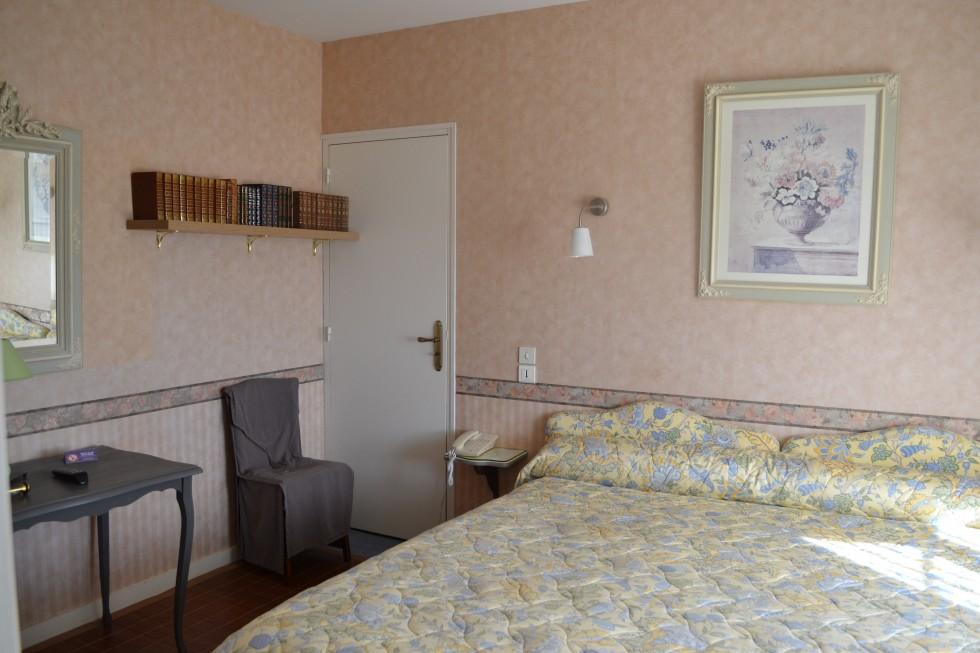 Chambre double N°5 Bibliothèque et lit de 200cm x 200cm