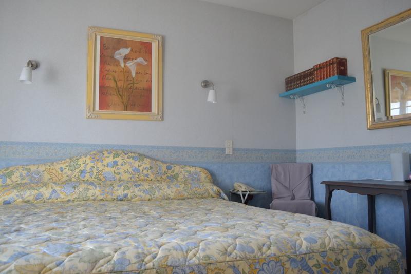 Chambre double N°4 avec bibliothèque, lit de 200cm x 200cm